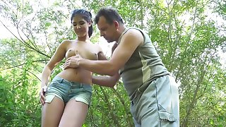 Yum-yum teen Lady Dee is fucked away from kinky fastened guy in the bushes